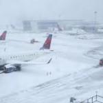 Сильные снегопады парализовали работу аэропортов США